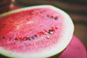 Vandmelon er en af de fødevarer som styrker kropsvæskerne (Yin) og køler kroppen ned – både fysisk og mentalt.